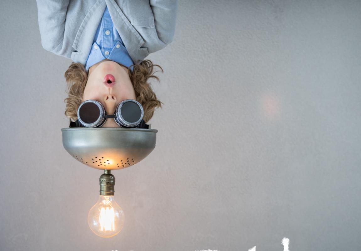 Image d'un jeune homme à l'envers avec un casque ampoule sur la tête